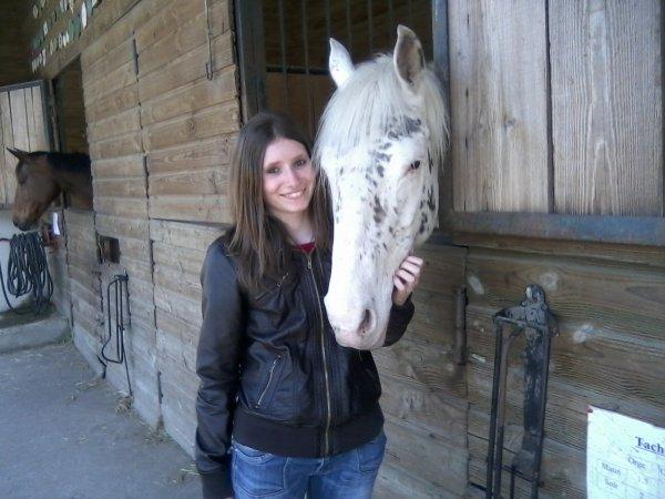 Me voicie avec  tachette une jument de mon centre equestre