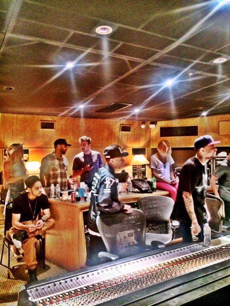 Chris en studio avec plusieurs artistes et des infos sur X