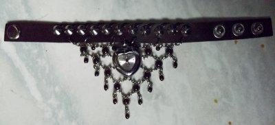Montre chocolat noir en coeur avec pluie de pierres