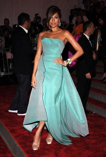 En robe bleu turquoise