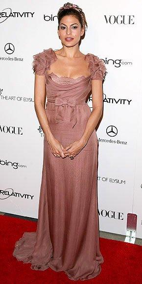 Eva Mendes en robe rose