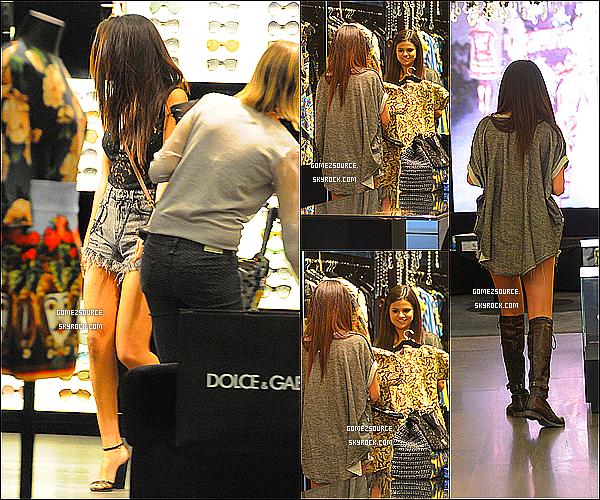 . 15/04/2013 : Selena a été aperçu dans la boutique Dolce & Gabbana à Beverly Hills. .