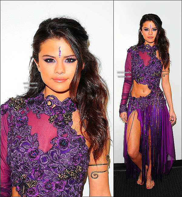 . 16/04/2013 : Selena était sur le plateau de Dancing With The Stars où elle a chanté Come & Get It ! ..