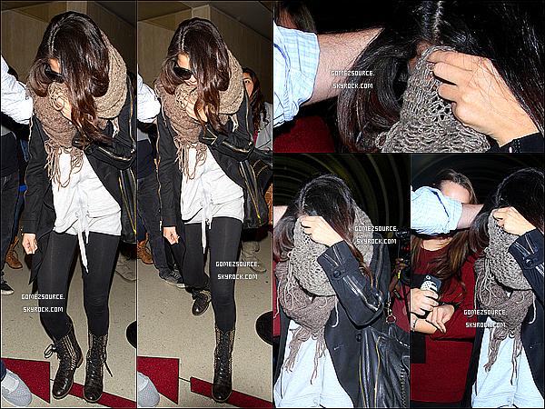 """. 25/04/2013 : Selena arrivant chez """"Good Morning America"""" a New-York. Puis dans la soirée,elle a été aperçu a l'aéroport. ."""