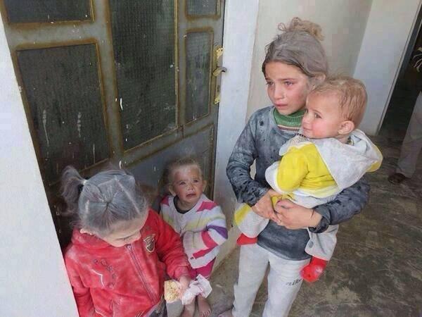 La honte à l'occident et l'USA Une petite fille syrienne, par un devoir insensé se trouve comme maman pour ces frères et soeurs après l'assassinat de ses parents ! FAITE DES DOUA POUR NOS FRERE ET SOEUR MUSLIM QUI SONT DANS LE MONDE KALLAH LES AIDE AMIN
