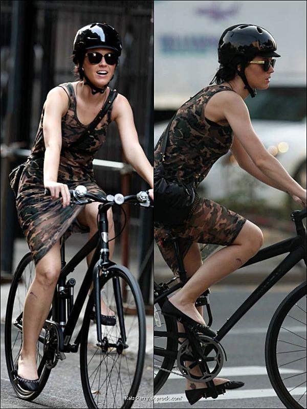 . 24/09/2010 Candids  Katy faisant du vélo à New York.  Moche tenue, moche cicatrice, moches chaussures, bref ce n'est pas sa journée!.