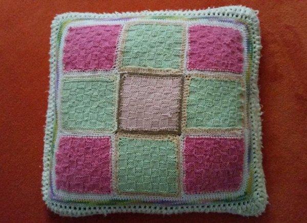 Coussin recto-verso,  fait et offert par ma grande-tante,  au tricot et crochet