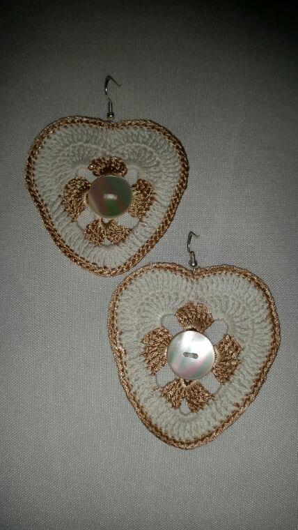 Boucles d'oreilles au crochet ( coton, coton de soie, strass, boutons de nacre et swarovski