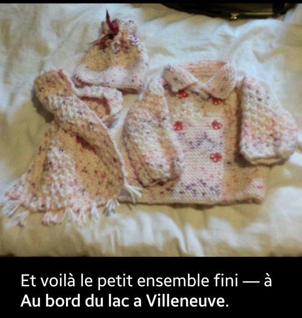 Un petit ensemble au tricot confectionné par une amie