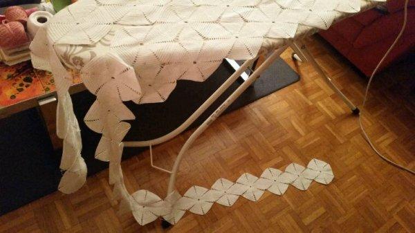 Reçu ce couvre-lit inachevé pour cause de décès. La maman de la marraine de ma fille n'a pas eu le temps de le terminer.  Je vais en faire des protége-dossiers pour mes canapés