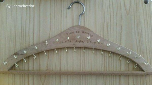 Mes colliers s'en mêlaient dans mon tiroir ce que me rendant dingue ! Avec un vieux cintre en bois et des crochets dorés, le tour est joué !