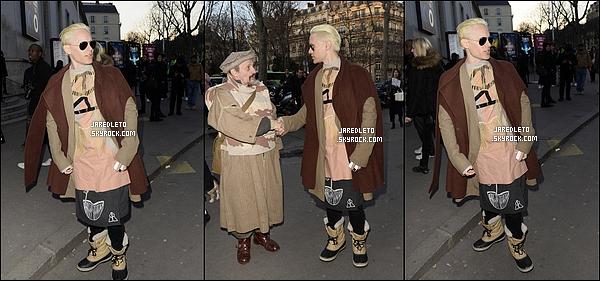 . 5/03/2015 : Jared Leto était à Paris en France et nous montre son nouveau  look  en marge du défilé Balmain  Jared Leto s'est rasé la barbe et couper les cheveux, Il les a d'ailleurs teints en blonds , personnellement je ne suis pas trop fan et vous ?.