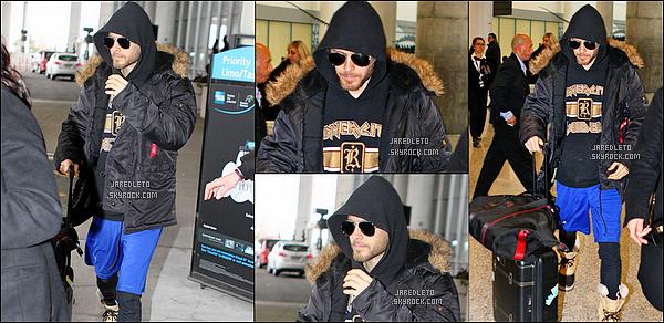 """. 05/04/2015 : Jared est arrivé à l'aéroport de Toronto au Canada pour commencer le tournage de  Suicide Squad  Enfin une vraie sortie de Jared Leto qui a tweeté """"Bonjour Toronto tu m'a manqué X """"Jared """" j'ai hâte de voir les  images du tournage ."""