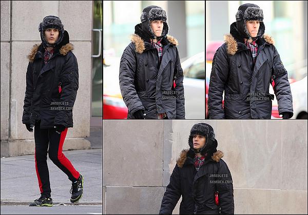 . 11/04/2015 : Jared Leto a été vu faisant une petite promenade à  Toronto au Canada avec sa cagoule et ses gants Jared Leto semble avoir froid vu comment il est couvert. Le film Suicide Squad dans lequel Jared incarne le Joker sortira le 5 Août 2016 .