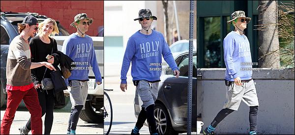 """. 18/04/2015 : Jared Leto semblant cacher ses cheveux verts sous son chapeau à été vu à  Toronto au Canada  Je vous rappelle que mister  Jared à les cheveux verts pour les besoins du film """"Suicide Squad"""" ou il incarne le Joker, top ou flop ? ."""