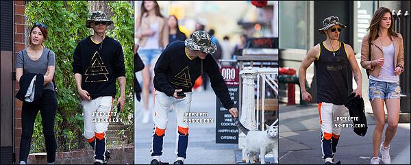 . 29/04/2015 : Jared cachant ses cheveux verts sous son chapeau a été vu dans le quartier SoHo à  New York     Le beau Jared était accompagné d'une amie et durant son parcours il a repéré un chat sur un trottoir et s'est donc arrêté pour le caresser   .
