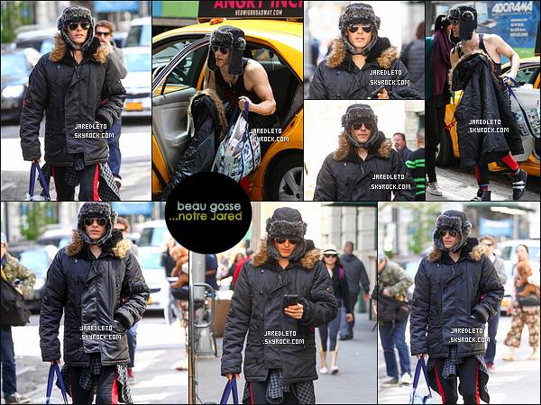""". 30/04/2015 : En ce dernier jour d'Avril, Jared descendant d'un taxi s'est rendu dans une épicerie à  New York     Jared Leto est actuellement en plein tournage du film """"Suicide Squad"""" où il incarne le Joker et il est donc passé du blond au vert ."""