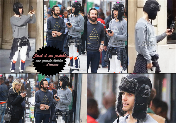 . 10/05/2015 : Jared toujours autant accro à son téléphone s'est promené avec des amis à   Paris en France     Le beau Jared est actuellement en pause dans son tournage du film Suicide Squad , Mister Leto est comme toujours très souriant  .