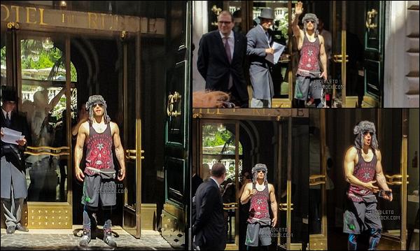 """. 11/05/2015 : Jared Leto toujours avec un chapeau sur la tête était à  Rome en Italie d'où il est sorti d'un hôtel    Désolée mais les photos ne sont pas de très bonnes qualités , on aperçoit Jared de sortir de """"l'hôtel de Russie"""" il a l'air de s'amuser  ."""