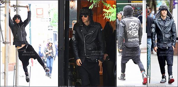 . 21/05/2015 : Jared Leto a été vu comme d'habitude se promenant à  New York  vêtu de cuir, top ou flop ?    Le beau Jared s'est bien amusé durant sa promenade , lunettes de soleil et bonnet étaient de sortie ainsi que le blouson tête de mort  .
