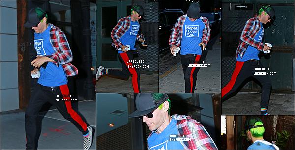 """. 10/07/2015 : Jared après un mois sans sortie à été vu à  « New York City»  avec un T-shirt """"Nepal I Love You""""  Jared Leto nous donne enfin de ses nouvelles après plus d'un mois sans news.  il a toujours ses cheveux verts Qu'en pensez vous ?    ."""