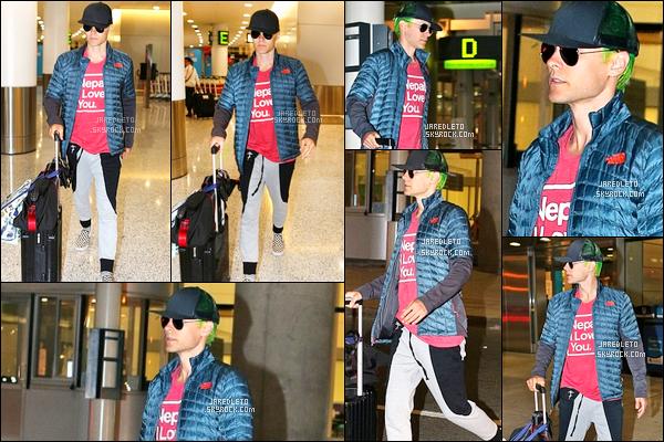 """. 22/07/2015 : Jared a été vu à l'aéroport de « Toronto »  au Canada avec un T-shirt rose """"Nepal I Love You""""  Jared Leto est de retour dans la capitale canadienne pour poursuivre le tournage du film """"Suicide Squad""""  Qu'en pensez vous ?    ."""