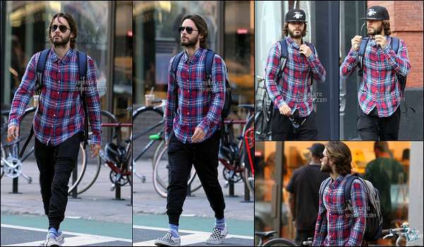 . 27.07.2016 : Jared Leto qui a de nouveau les cheveux longs et une casquette a été vu se promenant à  New York .