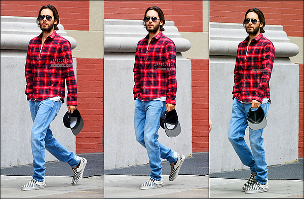 . 29/07/2016 - Jared Leto avec sa belle chemise rouge a été aperçu se promenant à  New York.
