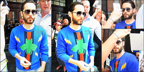 . 30/07/2016 - Jared Leto avec son sweat très coloré a été vu en train de quitter son hôtel à New York .