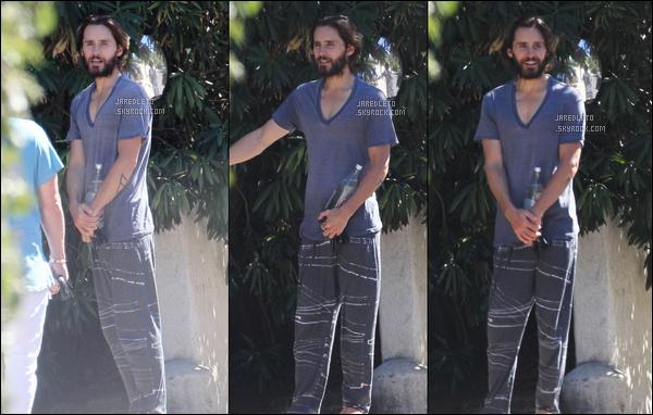 . 18/08/2016 - Jared visiblement très maigre, mais souriant a été vu se promenant dans les rue de  Los Angeles.