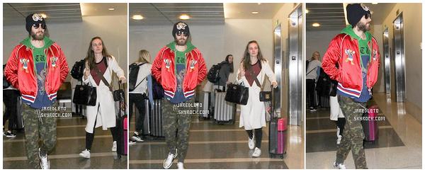 . 2017 - Jared Leto a été vu à l'aéroport de LAX à Los Angeles dans une tenue très colorée . .