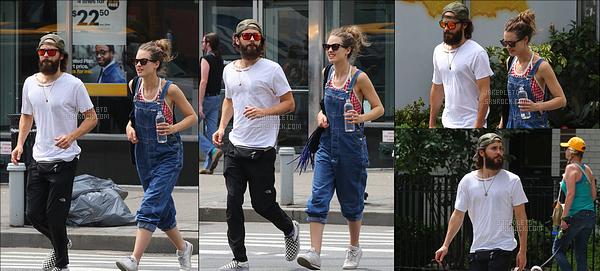. 22/07/2017 -  Jared Leto était avec son assistante personnelle Joie Estrella à  Manhattan dans la ville de New-York .