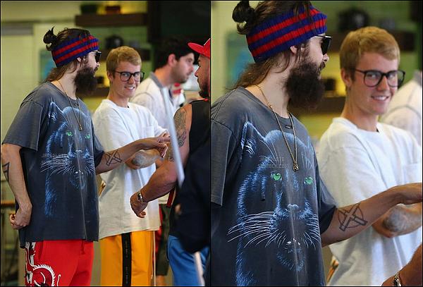 . 29.08.2017 - Jared Leto et Justin Bieber qui a un smoothie dans la main ont été vu dans un bar à  Los Angeles .