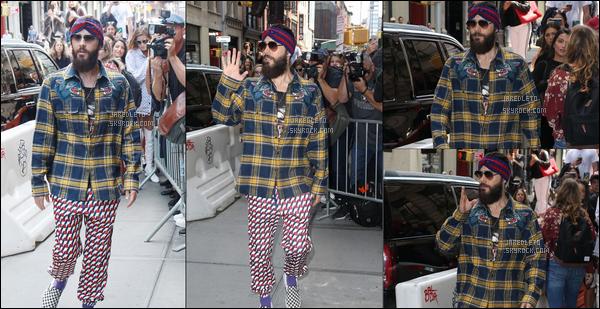 """. 10.09.2017 - Jared Leto décidemment avec un style à part a été aperçu allant déjeuner au """"Balthazar"""" à  New York ."""