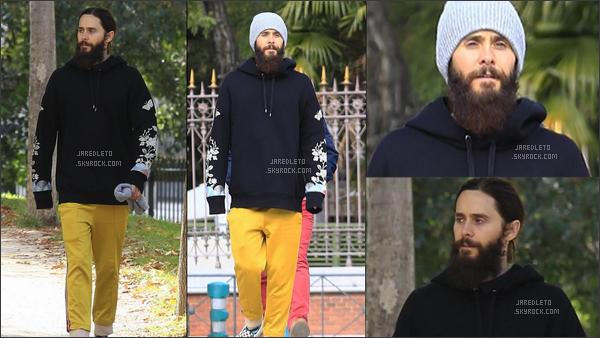 . 09.11.2017 - Jared Leto bonnet sur la tête et avec sa barbe a été vu en mode décontracté à Madrid en Espagne  .