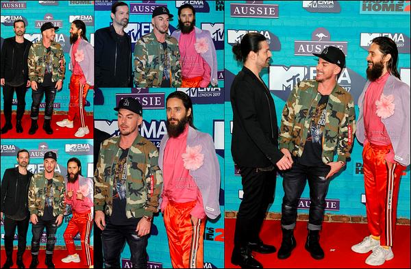 """. 12.11.2017 - Jared Leto  , Tomo et son frère Shannon Leto (le groupe) étaient aux   « MTV EMAs 2017 »  à Londres  Que de sorties pour Jared, un bonheur !  + Découvre ci-dessous le clip  de Walk on Water le nouveau single de """"30 Seconds To Mars""""  ."""