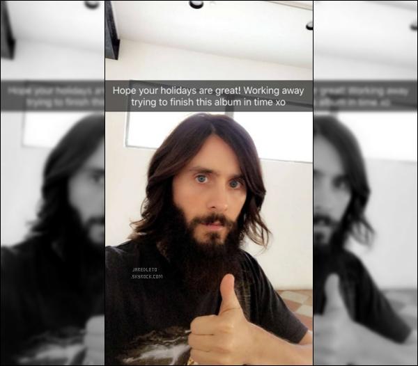 """. • FACEBOOK ─ Découvre une photo personnelle que Jared a posté sur son compte Facebook Traduction """"J'espère que vos vacances sont bonnes , En train de travailler et d'essayer de finir cet album à temps"""" ."""