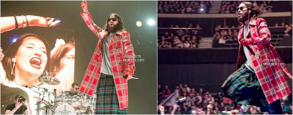 """. 26.03.2018 : Jared Leto avec une tenue très colorée s'est rendu aux studios de la """"BBC Radio"""" à  Londres  ."""