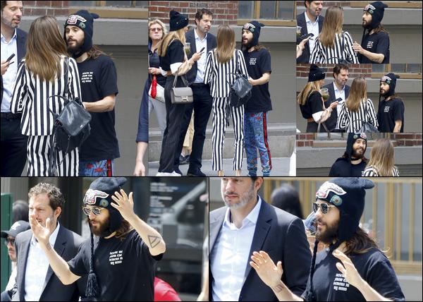 . 11.06.2018 :  Jared Leto, avec son bonnet et ses lunettes était visiblement avec des amis dans la ville de  New York   .