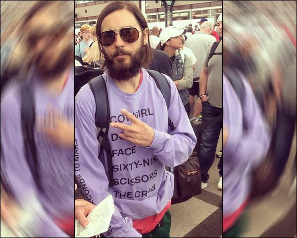 . 04.08.2018 :  Jared Leto avec un T-shirt violet s'est rendu a l'aéroport de Denver situé dans le Colorado   .