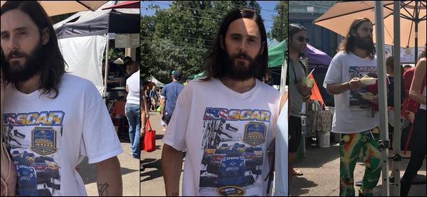 . 05.08.2018 :  Jared Leto était au Boulder Farmers Market à Boulder dans le Colorado, il est magnifique   .