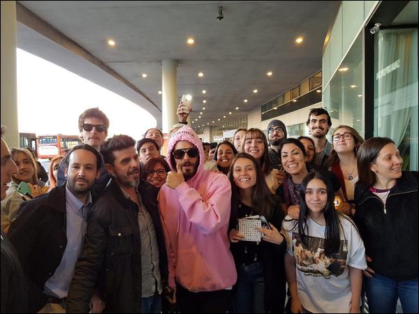 03.10.2018 :  Jared Leto, tout sourire a posé avec un groupe de fans dans la ville de Montevideo en Uruguay