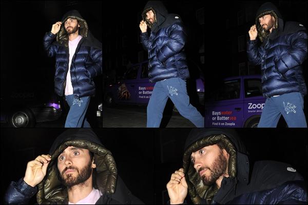 25.03.2019   ▬ Jared Leto faisant une sortie nocturne a été aperçu à l'hôtel Chiltern Firehouse en - Angleterre    Il y a comme un air de déjà vu par rapport à la sortie du 26.02.2019 , même tenue sauf le Jean c'est un top néanmoins
