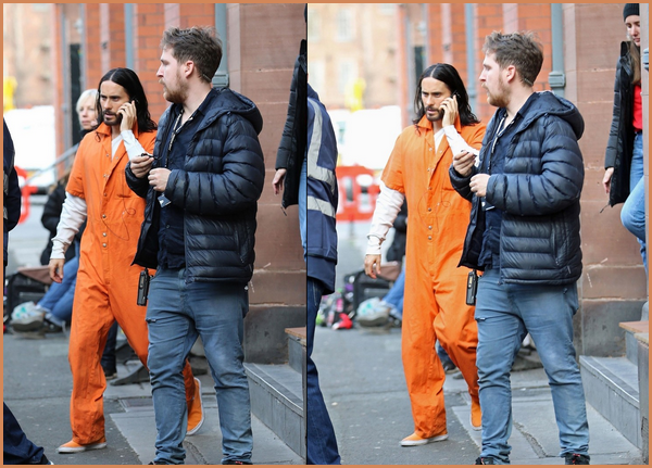 27.03.2019   ▬ Jared Leto au téléphone était sur le tournage du film « Morbius » à Manchester en Angleterre Deuxième jour de tournage pour notre beau Jared , ça fait plaisir de le voir de nouveau sur les plateaux de tournage !