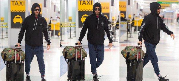 26.04.2019   ▬ Jared Leto vêtu d'un sweat de son groupe a été aperçu à l'aéroport JFK situé à New York  Goodbye Londres ! Jared est de retour sur le sol américain chargé de bagages , j'aime beaucoup son nouveau style