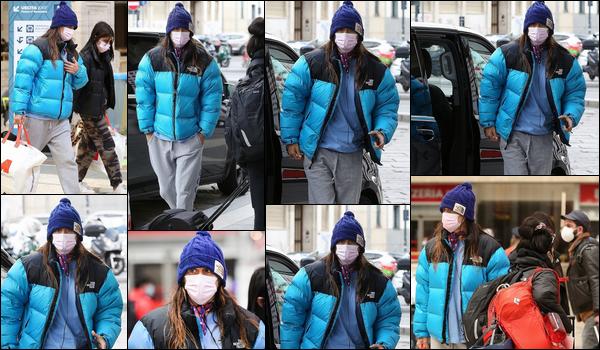 ● 19/03/2021 : Jared Leto a été photographié se promenant avec un ami dans la ville de Milan situé en Italie Visiblement il ne devait pas faire chaud puisque Jared était vêtu d'une doudoune bleue. Je n'aime pas tellement sa tenue