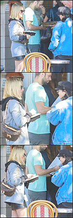 15.10.2018 - La belle Ash Tisdale a été repérée, achetant de la nourriture à « Aroma Cafe » situé dans Studio CityLa chanteuse, qui attendait dans la file de l'Aroma Cafe, était avec Vanessa Hudgens. Niveau tenue, j'adore le look girl boss. Un beau top !