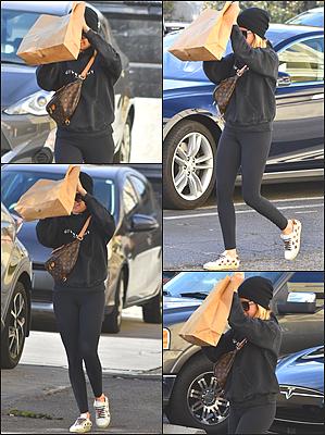27.11.2018 : Miss Tisdale s'est rendue à la boutique « Little Moon », tenue par son amie Haylie Duff - Studio CityDe retour à Los Angeles, Tizz' en a profité pour faire un peu de shooping dans cette boutique. Niveau tenue, c'est très basique. Des avis ?