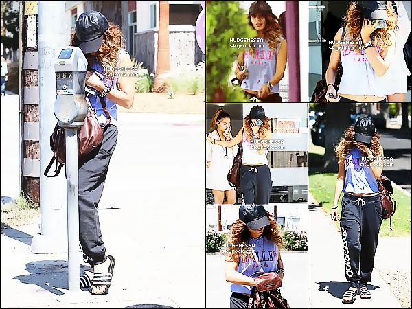 .  08.09.2013 : Vanessa a été aperçue se rendant dans un salon de manucure avec Stella, à Studio City.  .