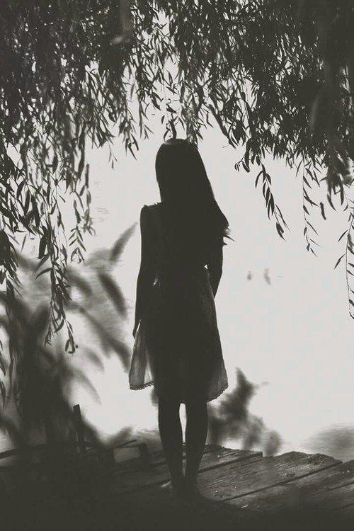 « Silencieuse comme une ombre. Calme comme l'eau qui dort. Forte comme un ours. Intrépide comme une louve. Inerte comme un rocher. Regarde avec tes yeux. Ne jamais faire le geste escompté. Qui à peur de perdre a déjà perdu. La peur est plus tranchante qu'aucune épée. Tous les corridors mènent quelque part, toute entrée implique l'existence d'une sortie. » G.R.R Martin.